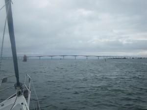 Die Brücke über den Kalmarsund; darüber ein unheilvoller Himmel, der uns bald schon zur Umkehr zwingen wird