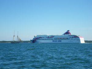 Auf dem Weg nach Degerby - eine Begegnung mit einem etwas traditionelleren Segler und einer der allgegenwärtigen Fähren