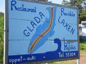 """Dieses nicht zu übersehende Schild markiert ganz deutlich die Einfahrt zum """"Glada Laxen"""""""
