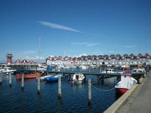 Der Hafen von Bagenkop mit seiner unverkennbaren Reihe roter Häuschen